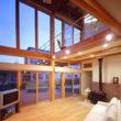 吹抜けと開放感のある木製窓