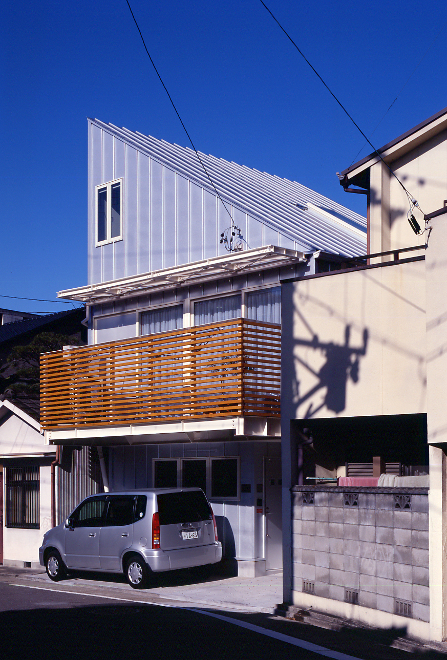 SMALL HOUSE SMALL OFFICE 勾配屋根の外観 ...
