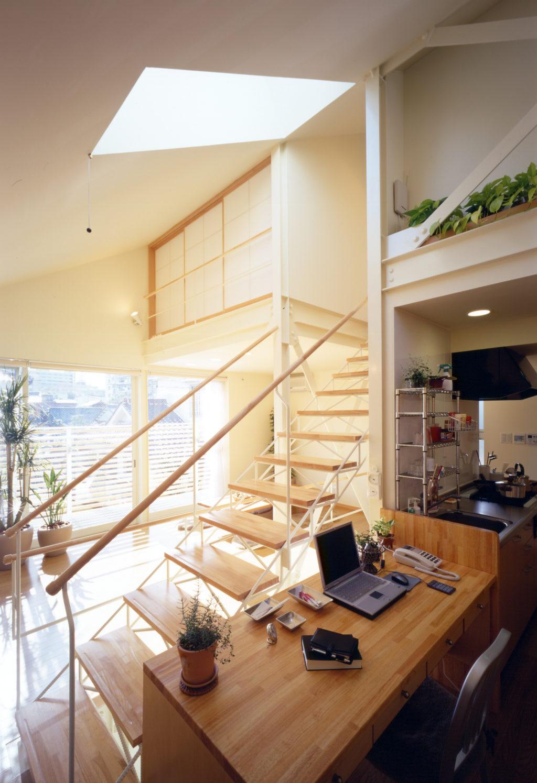 ... SMALL HOUSE SMALL OFFICE 階段上部にはトップライトで明るい ...