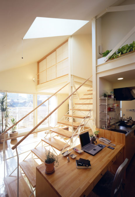 SMALL HOUSE SMALL OFFICE 階段上部にはトップライトで明るい