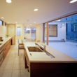 岡崎のコートハウス タイル貼りのアイランドキッチン