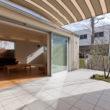 吉良町のコートハウス 中庭で夏にはシェードで快適空間