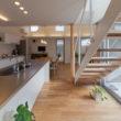 吉良町のコートハス 明るいキッチンと階段