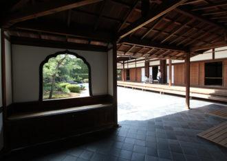 京都 大徳寺興臨院(つづき)  玄関から庭、方丈に踏み込む