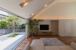 大形山のコートハウス 住まいと庭のつながりを大切にした暮らし 1