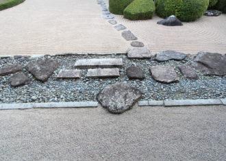 再び、頼久寺の飛び石