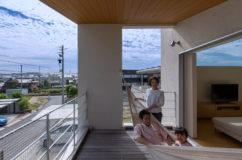 家族の居場所をつくる「緑区の二世帯住宅」3(再編集) フリースペース、書斎、ウッドテラス