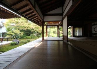 京都 光源院書院の光と陰の美しい光景