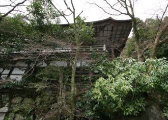 上醍醐の清瀧宮拝殿 山の斜面に建築を建てる.2