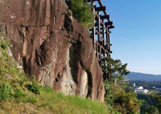 苗木城 自然の岩盤と人工的な石垣が混然一体 どのようにつくったか