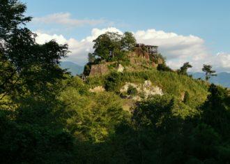 苗木城 巨大な自然岩の上に石垣を築き城をつくる