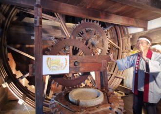 和中散をつくる巨大な木製機械